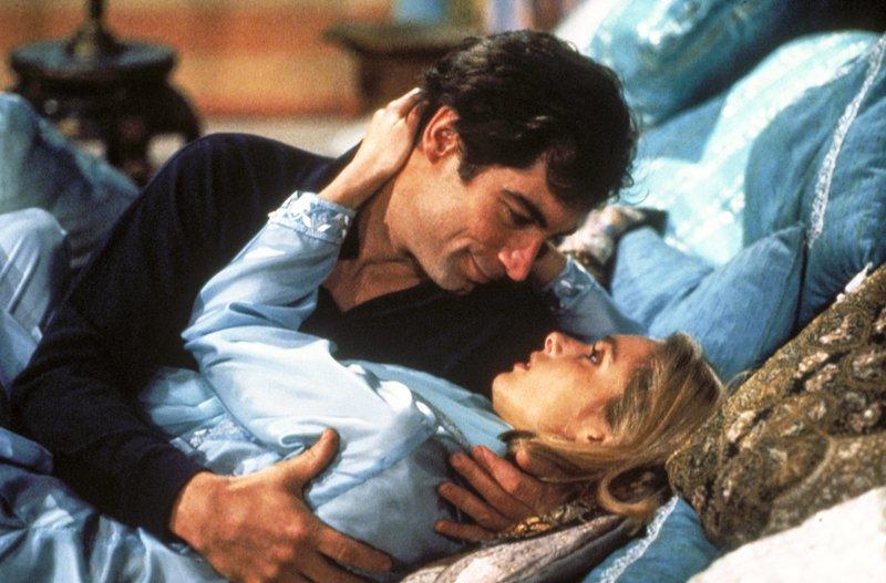 Timothy Dalton (James Bond), Maryam D'Abo (Kara Milovy). – Bild: ORF