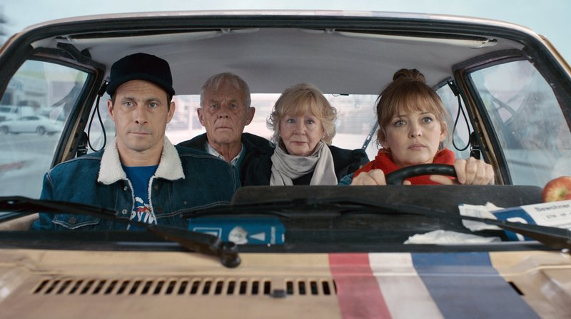 l-r: Hans (Marc Hosemann), Sepp (Rolf Becker), Lore (Christine Schorn), Laura 'Heinz' (Laura Tonke) – Bild: WDR/Farbfilm