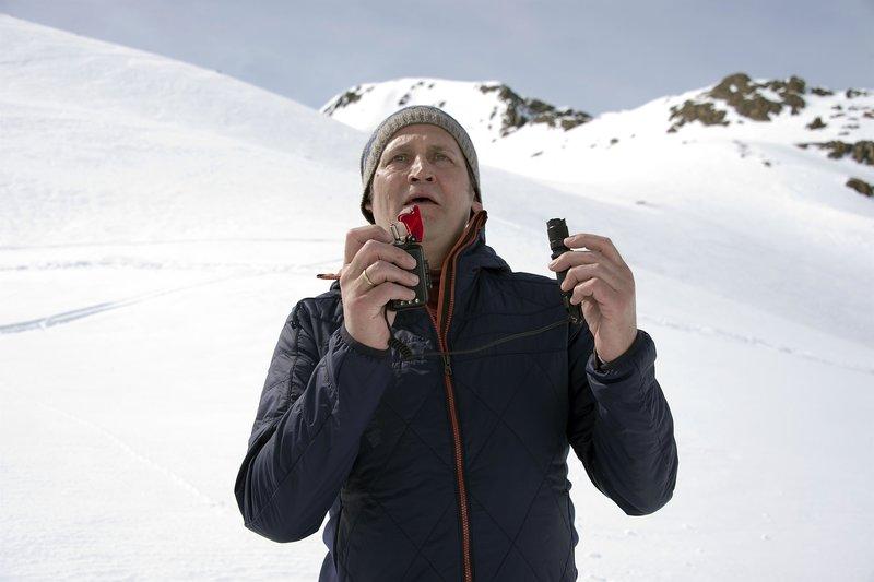 Jochen Winkler (Ingo Naujoks) ist Lawinenforscher mit einem düsteren Geheimnis. – Bild: ZDF und Thomas R. Schumann