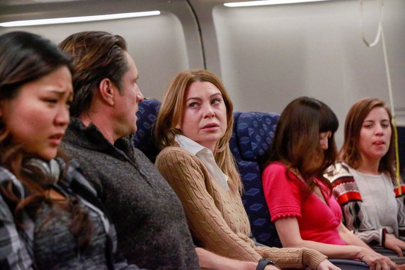 """""""Grey's Anatomy"""", """"Turbulenzen."""" Meredith und Nathan geraten auf einem Langstreckenflug in schwere Flugturbulenzen. Dies ruft natürlich bei Meredith schreckliche Erinnerungen hoch! Sie hat allerdings nicht viel Zeit, um darüber nachzudenken, muss sie sich doch um einen schwer kranken Fluggast kümmern. Außerdem nützt Nathan die Situation aus, um Meredith zur Rede zu stellen. Er möchte wissen, warum sie sich gegen ihre Gefühle stellt.Im Bild (v.li.): Jee Young Han (Ingrid), Martin Henderson (Dr. Nathan Riggs), Ellen Pompeo (Dr. Meredith Grey). – Bild: ORF 1"""