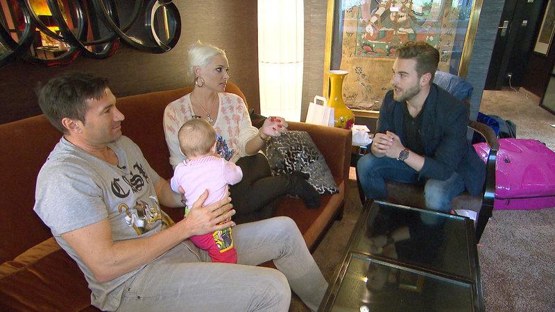 Lucas und Daniela im Gespräch mit Wedding-Planner Eric (re.) – Bild: RTL II