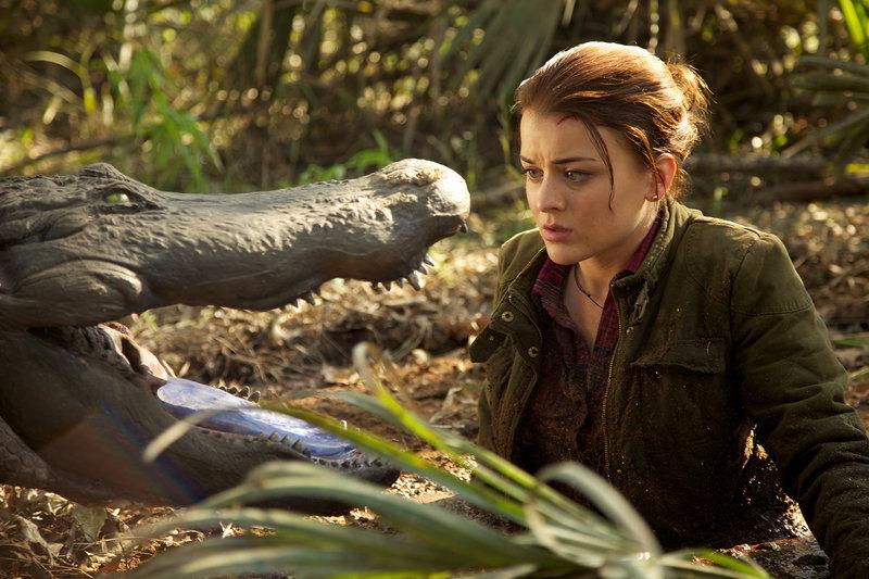 Nachdem sie einige Jahre in der großen Stadt gelebt hat, kehrt Avery Doucette (Jordan Hinson) zu ihrem verschlafenen Sumpfweiler im Süden von Louisiana zurück. Enttäuscht stellt sie fest, dass sich nicht viel verändert hat. Doch plötzlich taucht eine fremdartige Alligator-Spezies auf. Diese ist besonders aggressiv und beginnt bald schon die Leute anzugreifen. – Bild: TL5