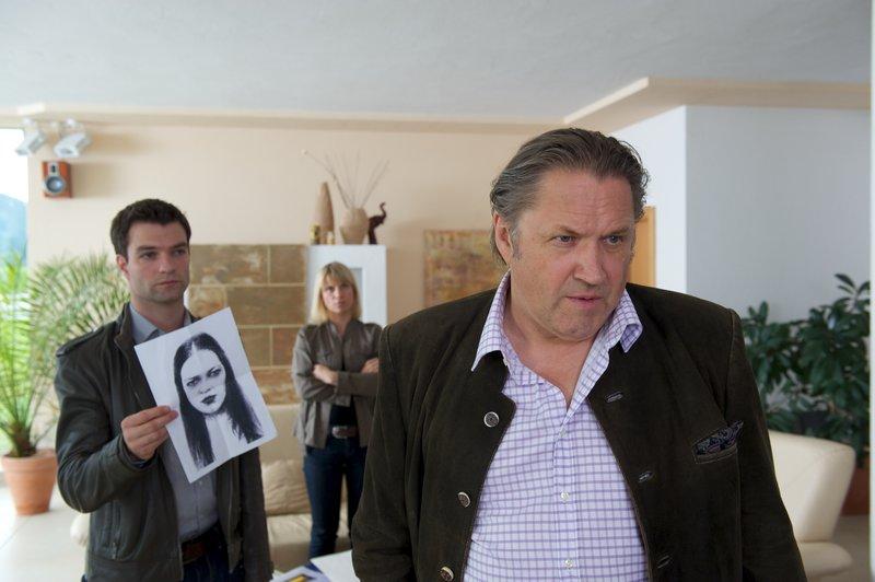 Lukas Roither (Jakob Seeböck, l.), Karin Kofler (Kristina Sprenger, M.) und Hans Seebacher (Michael Brandner, r.). – Bild: ZDF und Bernd Schuller