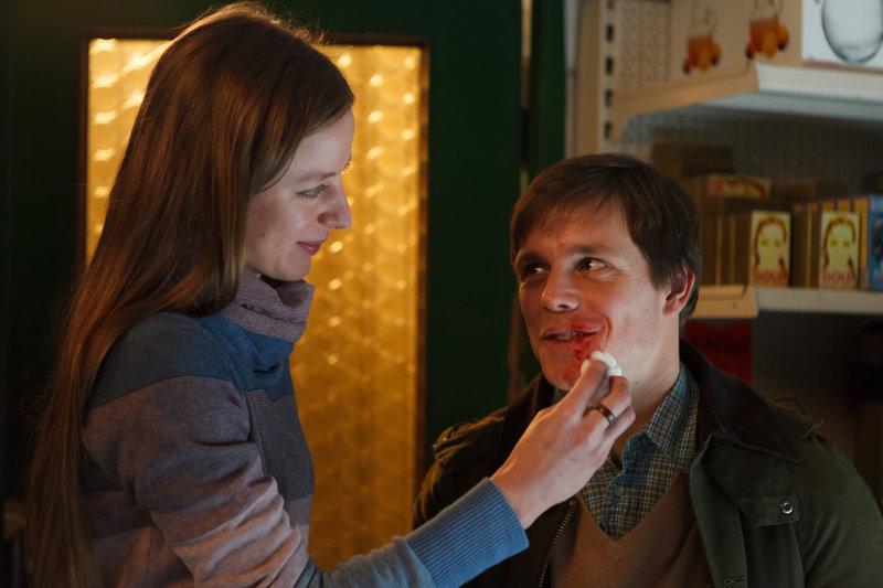 Isabelle (Sandra von Ruffin) verarztet Thaddäus (Franz Hartwig), der sich bei einer kleinen Schlägerei mit Isabels Ex Marco eine blutige Lippe eingefangen hat. – Bild: ZDF und Conny Klein