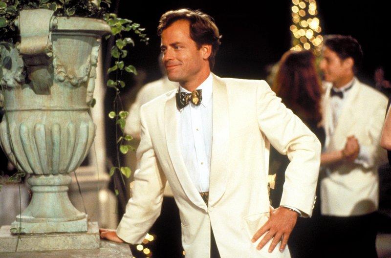 Linus Larrabee kleiner Bruders David (Greg Kinnear) entwickelt kurz vor seiner Hochzeit romantische Gefühle für die Chauffeurstochter Sabrina. – Bild: TM & Copyright © 2001 by Paramount Pictures. All Rights Reserved.