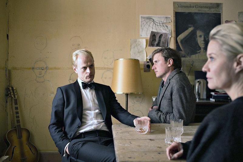 Gro (Trine Dyrholm) und Frederik (Carsten Bjørnlund, li.) erzählen ihrem Bruder Emil (Mikkel Boe Følsgaard, Mi.) von der gemeinsamen Halbschwester Signe Larsen. – Bild: arte