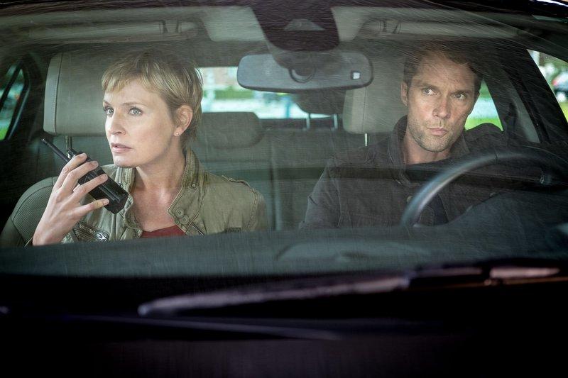 Melanie (Sanna Englund, l.) und Mattes (Matthias Schloo, r.) beobachten undercover die Lösegeldübergabe. Melanie gibt Anweisungen, wie weiter verfahren werden soll. – Bild: ZDF und Boris Laewen.
