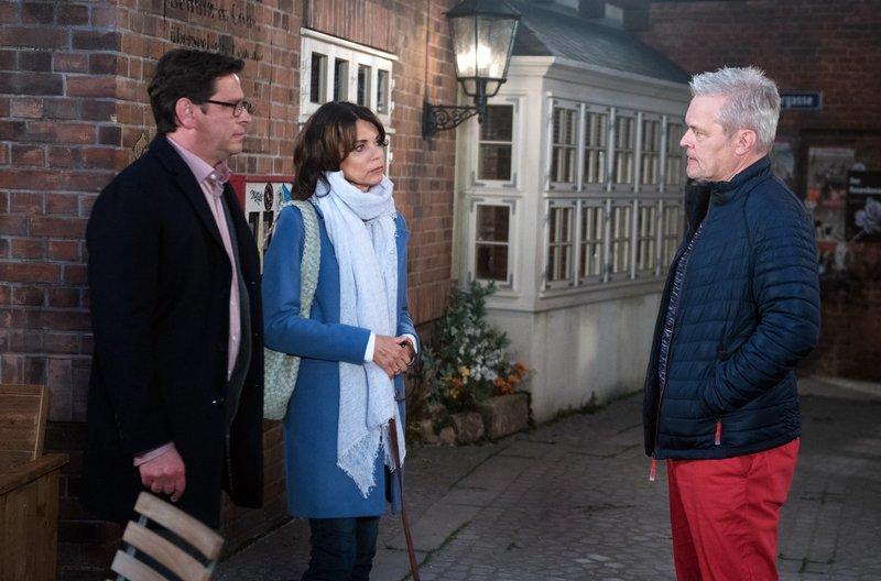 Frank ( Axel Buchholz, r.) legt sich im Beisein von Hilli (Gerit Kling, M.) mit Cornelius (Tom Mikulla, l.) an. – Bild: ARD/Nicole Manthey