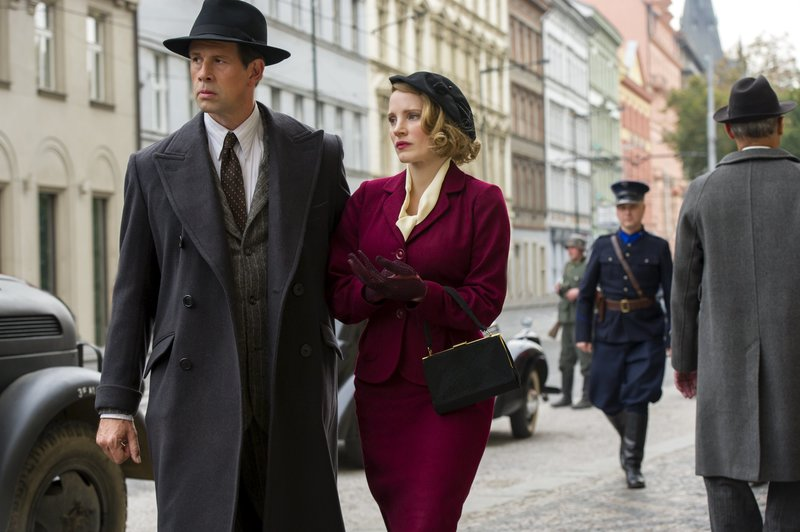 4101_D005_02391_R (l-r) Johan Heldenbergh and Jessica Chastain star as Jan and Antonina Zabinski in director Niki Caro's THE ZOOKEEPER'S WIFE, a Focus Features release. Credit: Anne Marie Fox / Focus Features4101_D005_02391_R (l-r) Johan Heldenbergh and Jessica Chastain star as Jan and Antonina Zabinski in director Niki Caro's THE ZOOKEEPER'S WIFE, a Focus Features release. Credit: Anne Marie Fox / Focus Features – Bild: S1 / © Focus Features, LLC./Anne Marie Fox