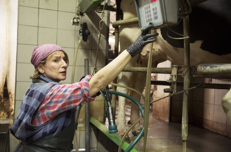 Jutta (Dagmar Manzel) schmeißt den Hof allein. – Bild: ARD Degeto/Frédéric Batier