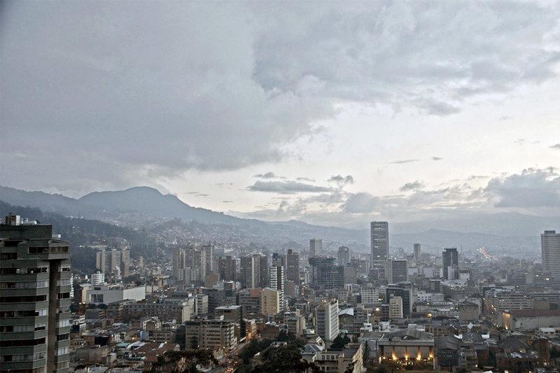Nach der Schule studiert Gabriel García Márquez in Bogotà. Während der ersten Wochen in der fremden Stadt entdeckt er in sich zwei Gefühle, die grundlegend für sein literarisches Schaffen werden: Einsamkeit und Sehnsucht. – Bild: ZDF / © Lucas Gath