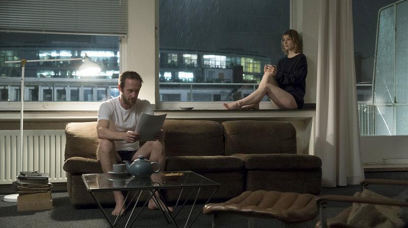 In der Schreibwerkstatt: Walter (Stephan Kampwirth) liest Agnes (Odine Johne) aus ihrer Liebesgeschichte vor. – Bild: WDR/Neue Visionen Filmverleih