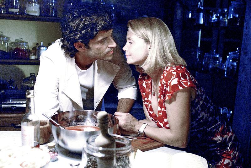 Lissy (Annette Frier, r.) ist gerührt, als Fabio (Pasquale Aleardi, l.) das letzte Rezept ihres Vaters - ein Eis für seine Tochter - für sie anrührt. – Bild: Sat.1