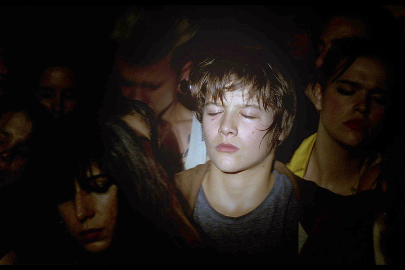 Nach einem Streit mit seinem Freund Rafael verbrennt David (David Mourato) den Roller. – Bild: arte