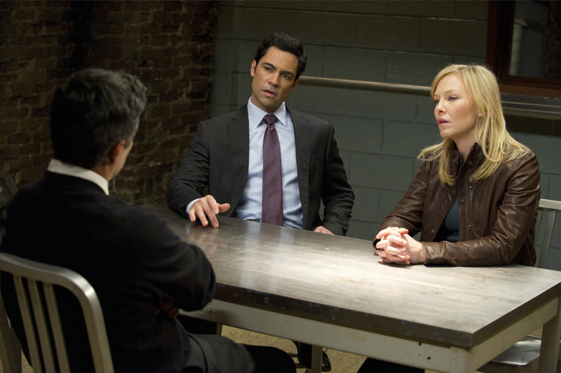"-- ""Home Invasions"" Episode 1314 -- Pictured: (l-r) Esai Morales as Jimmy Vasquez, Danny Pino as Det – Bild: Universal Channel"