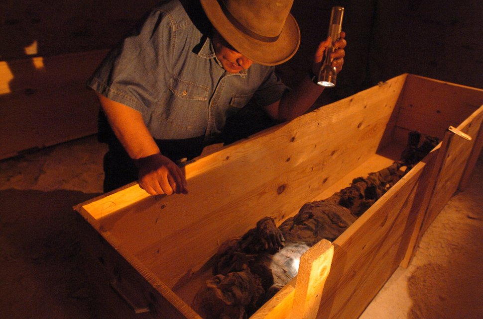 Dr. Hawass in tomb KV60 with an unidentified mummy left lying there for hundreds of years. This will later be discovered to actually be Hatshepsut. – Bild: DISCOVERY CHANNEL