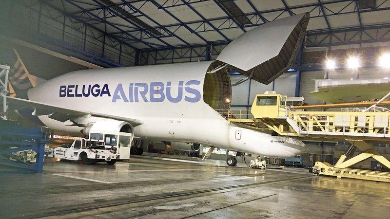 Der Airbus Beluga wird über eine elf Meter große Bugklappe über dem Cockpit beladen. Er hat ein Nutzraumvolumen von 1.400 Kubikmetern. – Bild: N24 Doku