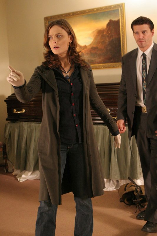 """Brennan (Emily Deschanel, L) finds new evidence that could uncover a mortuary selling bones on the black market in the BONES episode """"The Graft in the Girl"""". – Bild: TV4"""