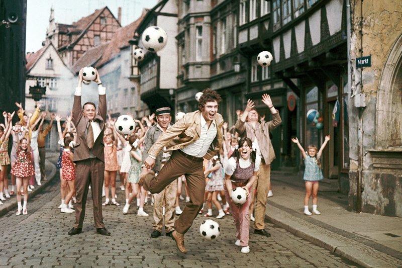 MDR Fernsehen NICHT SCHUMMELN, LIEBLING!, am Mittwoch (26.11.14) um 12:30 Uhr. Bernd (Frank Schöbel, Mitte) und seine Fussballmannschaft haben sich mit Brigitte (Chris Doerk, rechts neben Frank Schöbel) und der Mädchen-Fussballmannschaft angefreundet. Der Kulturrat Eduard Groß (Rolf Herricht, links), der Elektriker Fritze (Werner Lierck, 2.v.l), der Baurat Kummerow (Peter Bause, rechts) und das ganze Dorf feiern das glückliche Ende. – Bild: MDR/PROGRESS/Alexander Schittko, Klaus Goldmann