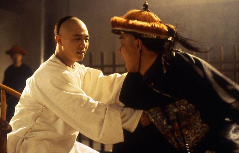 Wong Fei-Hung (Jet Li, li.) nimmt es mit Mitgliedern eines skrupellosen Mönchsorden auf... (re. Darsteller unbek.) – Bild: Nitro