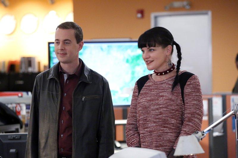 Ein neuer Fall wartet auf McGee (Sean Murray, l.) und Abby (Pauley Perrette, r.) ... – Bild: 2014 CBS Broadcasting, Inc. All Rights Reserved Lizenzbild frei