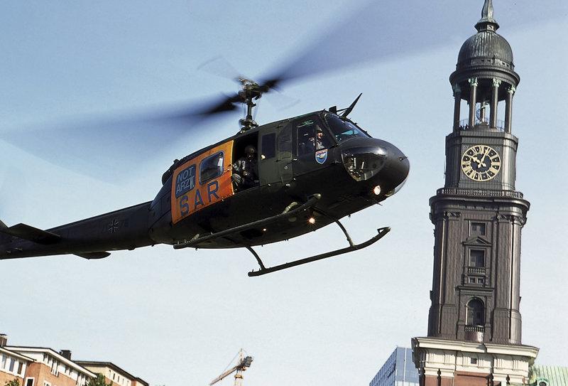 Der Hubschrauber auf dem Weg zum Einsatzort. – Bild: ZDF und Boris Laewen