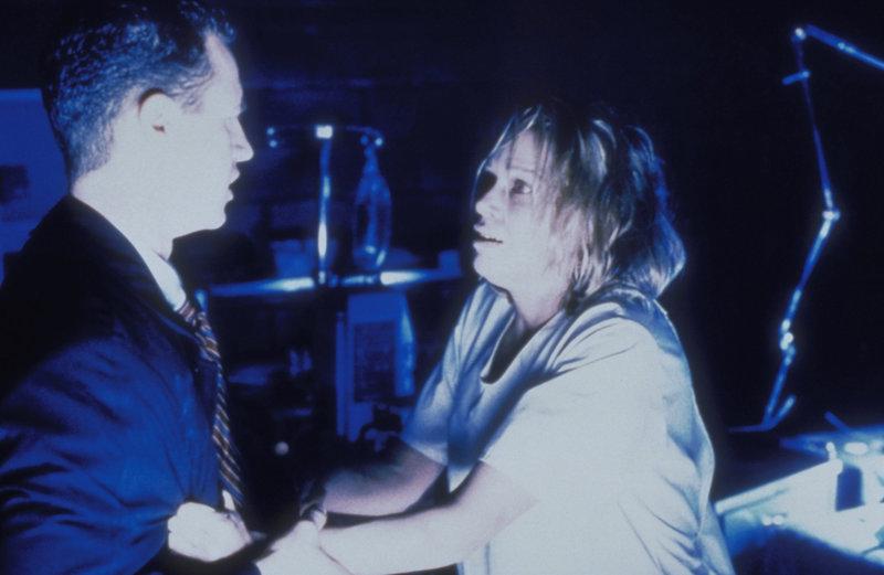 Agent Jeffrey Spender (Chris Owens, l.) hat seine Mutter Cassandra (Victoria Cartwright, r.) nach ihrer überraschenden Rückkehr nach Fort Marlene gebracht, ohne zu ahnen, dass sie dort in höchster Gefahr ist. – Bild: TM + © 2000 Twentieth Century Fox Film Corporation. All Rights Reserved. Lizenzbild frei