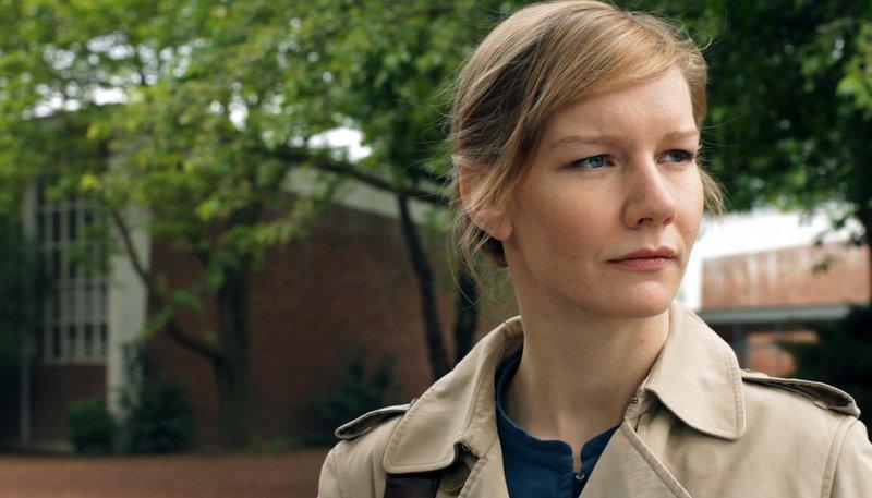 Martha (Sandra Hüller) hat das Gefühl, jemand hätte ihr den Boden unter den Füßen weg gerissen - doch sie hält sich mit aller Macht daran fest. – Bild: WDR/WDR/Pandora Film