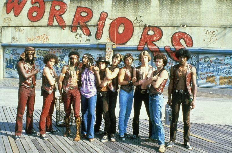 """Weil der Verdacht besteht, dass ein Mitglied der """"Warriors"""" den Anführer der """"Gramercy Riffs"""" erschossen hat, wird die Bande gnadenlos verfolgt ... – Bild: Paramount Pictures Lizenzbild frei"""