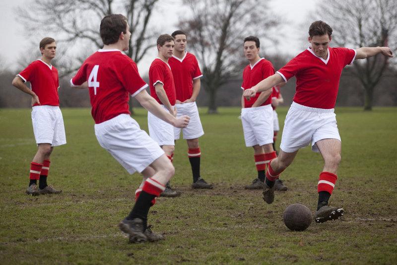 """Die """"Busby Babes"""", der legendären Mannschaft von Manchester United, die das jüngste Team war, das je die britische Meisterschaft gewonnen hat und in der gleichen Saison auch den FA Cup und den Europapokal der Landesmeister gewann. (v.l.n.r.: BROGAN WEST als David Peg und SAM CLAFLIN als Duncan Edwards) – Bild: TMG"""