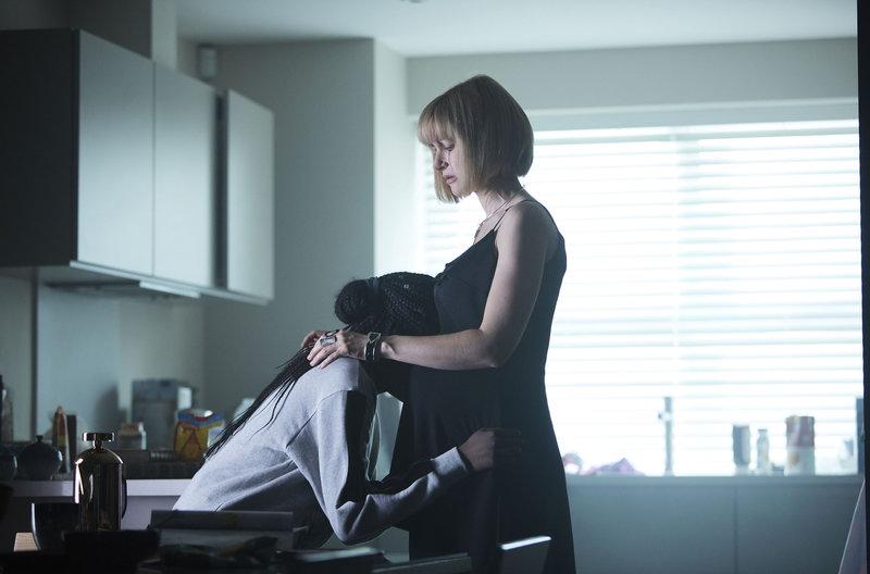 Miss Quill (Katherine Kelly) tröstet Tanya (Vivian Oparah). – Bild: WDR/BBC/Simon Ridgeway