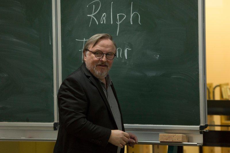 ?Alle haben auf Lehramt studiert, damals!? So auch Journalist Ralph Friesner (Axel Prahl), der nun an einer Abendschule unterrichten soll. – Bild: ZDF und Julia von Vietinghoff.