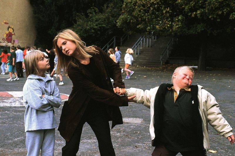 Maria (Bojana Golenac, Mi.) kann Florian (Dennis Bartelniewöhner) nicht in der Kindertagesstätte bei Sophie (Sina Tkotsch) lassen. Mit Gewalt muss sie ihn wieder nach Hause bringen. – Bild: RTL Passion