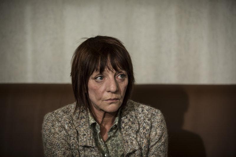 Ylva Voigt (Eva Weißenborn) ist verzweifelt. Ihr Sohn Maik hat eine Bank überfallen. – Bild: ZDF und Hannes Hubach