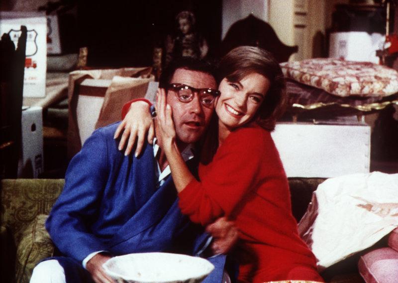 Die geschiedene Janet (Romy Schneider, r.) leiht sich den Ehemann (Jack Lemmon, l.) ihrer Freundin aus, um vorzugeben, dass sie glücklich verheiratet ist und so eine Millionen-Erbschaft antreten zu können. Doch dann taucht ihr Ex auf ... – Bild: Columbia Pictures Lizenzbild frei