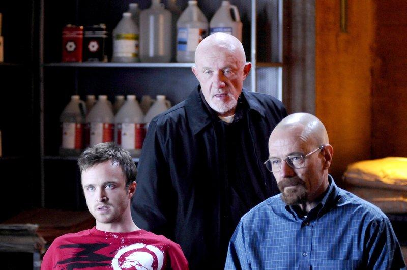 """""""Breaking Bad"""", """"Geritzt."""" Gus muss erfahren, dass Gale tod ist. Das ist ein herber Tiefschlag für den erfolgreichen Drogenboss. Um herauszufinden, was genau passiert ist, hält er Jesse und Walter in seinem Labor gefangen. Schnell wird den beiden Meth-Köchen klar, dass mit Gus nicht zu spaßen ist. Nachdem Walter vermisst wird, will Skyler in seiner Wohnung nach Hinweisen suchen, wo Walter geblieben ist. Dafür muss sie zuerst jedoch den Schlüsseldienst überzeugen, die Türe aufzusperren.Im Bild (v.li.): Aaron Paul (Jesse Pinkman), Jonathan Banks (Mike Ehrmantraut), Bryan Cranston (Walter White). – Bild: ORF eins"""
