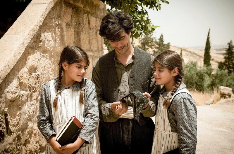 Nazaret (Tahar Rahim) bekommt von seinen Zwillingstöchtern ein Tuch geschenkt, auf das sie seinen Namen gestickt haben. – Bild: NDR/bombero int./Pandora Film Verleih/Gordon Muehle