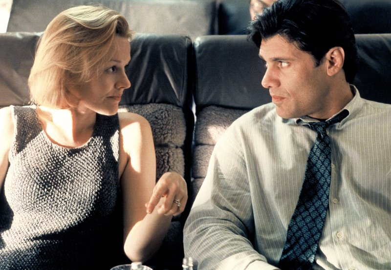 Im Flugzeug lernt Claire (Penelope Ann Miller) den smarten Lou (Steven Bauer) kennen, der sofort anfängt, mit ihr zu flirten. – Bild: ARD Degeto