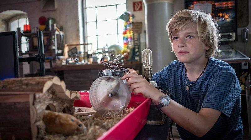 Levin in seinem Element - er experimentiert mit der Energie von Hamstern. – Bild: NDR/Boris Laewen