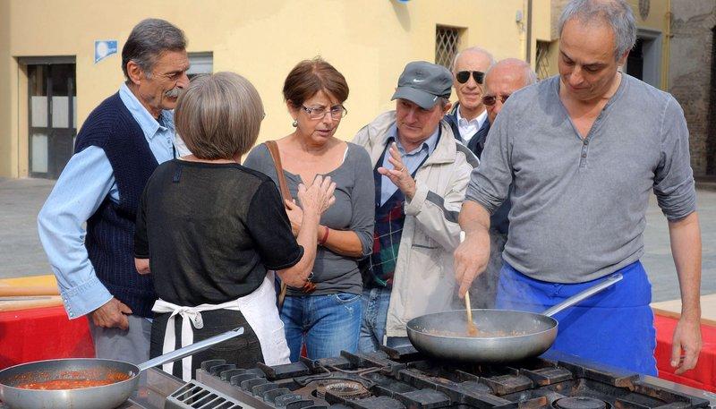 Pasta ist die liebste Vorspeise der Italiener. Hier misst sich Christian Rach beim Nudel-Wettkampf mit Köchinnen aus der Emilia Romagna – Bild: PHOENIX-Kommunikation / © PHOENIX/ZDF/Axel Lischke