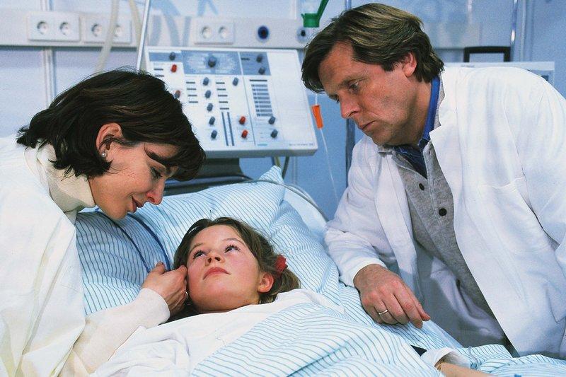 Nur die Sorge um ihr Kind Iris (Jana Kilka) verbindet Stefan (Sigmar Solbach) und Bea (Isabelle von Siebenthal) noch miteinander. – Bild: RTLplus