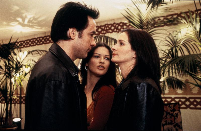 La timide Kiki est l'assistante et la soeur de la star Gwen Harrison. Avec l'attaché de presse Lee Phillips, elle a pour mission impossible de réunir Gwen et son futur ex-mari Eddie pour la promotion de leur dernier film. Et l'entourage hystérique du couple hollywoodien n'arrange rien. En plus, la pauvre en pince pour le bel Eddie... Etats-Unis d'Amerique - 2001 Avec : Julia Roberts, Billy Crystal, Catherine Zeta jones, John Cusack -------------------------------------------------------------------------------- Réf. photo CUSACK John ZETA JONES Catherine ROBERTS Julia 10h 2004-0019-0006-NUME Descriptif John Cusack, Catherine Zeta Jones et Julia Roberts – Bild: Disney Channel