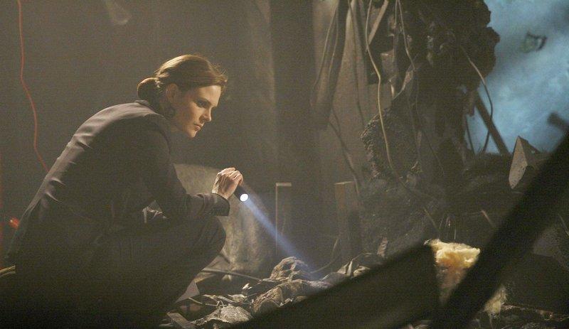 Brennan (Emily Deschanel) untersucht die Knochen der jungen Frau, die nach einer Explosion in einem Hotel aufgefunden wurde. – Bild: RTL