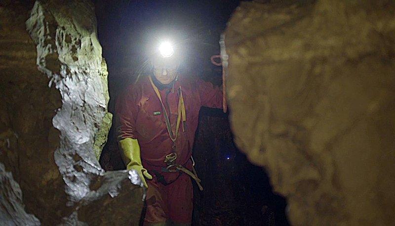 Andreas Wolf ist Höhlenretter in Bayern. Er spürt Vermisste oder Verletzte in unwegsamen Gängen auf, versorgt sie medizinisch und muss sie aus der Höhle bergen. – Bild: Radio Bremen