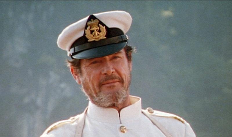 Lord Dobbs (Roger Moore) ist der Kapitän des Frachters, auf dem Christ DuBois als blinder Passagier unterwegs ist.. – Bild: RTL Zwei