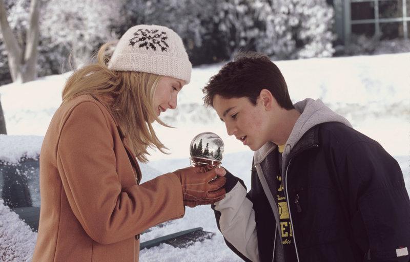 Erleben eine gewaltige Weihnachtsüberraschung: Carol (Elizabeth Mitchell, l.) und Charlie (Eric Lloyd, r.) ... – Bild: WALT DISNEY PICTURES / JOSEPH LEDERER