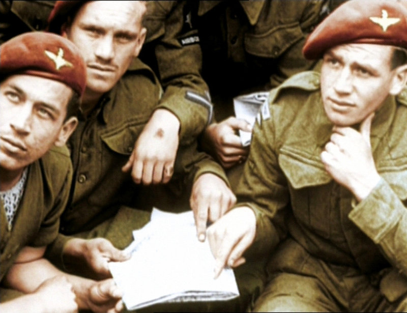 """Als """"Operation Overlord"""" bezeichneten die Alliierten die Landung der Bodentruppen in der Normandie im Juni 1944. Im Bild: Britische Fallschirmjäger während des Trainings für Operation Overlord. – Bild: ARD-alpha"""