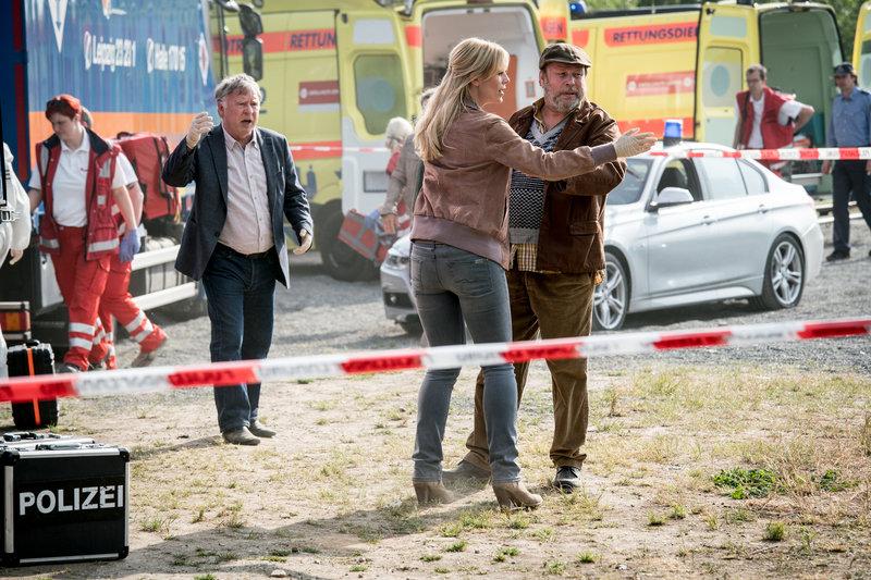 Hajo Trautzschke (Andreas Schmidt-Schaller, l.), Ina Zimmermann (Melanie Marschke, M.), Dimitrij (Joan Pascu, r.) und Komparsen. – Bild: ZDF und Uwe Frauendorf
