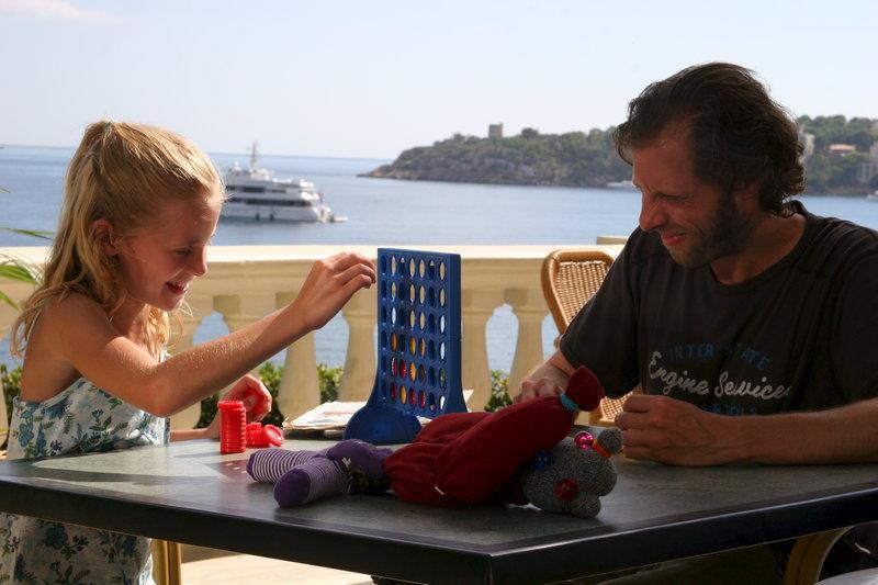 Alex (Oliver Korittke) liebt seine Tochter Lisann (Helena Siegmund-Schultze) über alles. Aber Lisann lebt bei seiner geschiedenen Frau. Verzweifelt kämpft Alex um das Sorgerecht. – Bild: ZDF und Jacqueline Krause Burberg