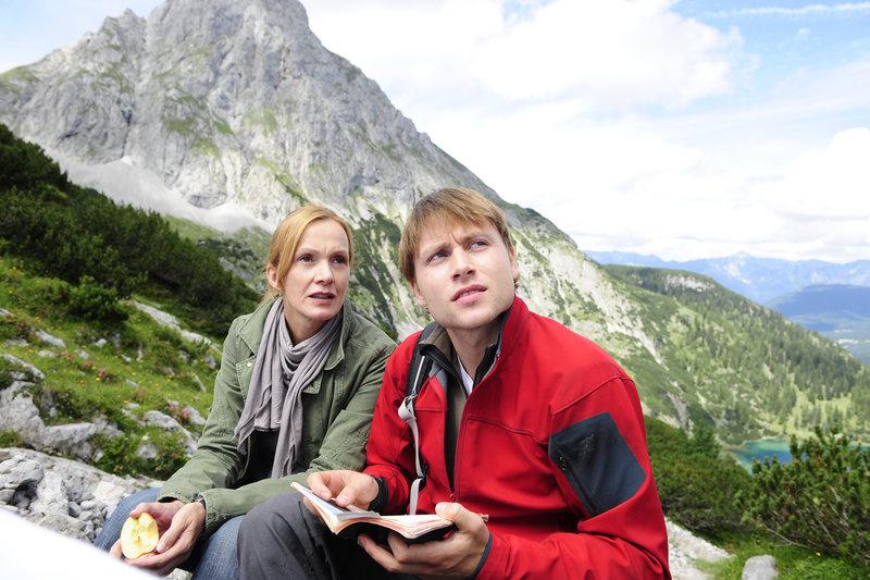 Mit wem war der Verunglückte auf dem Berg? Thomas Hafner (Max Riemlet) und Hanna Weiß (Katja Flint) steigen erneut hinauf. – Bild: ZDF und Jürgen Olczyk